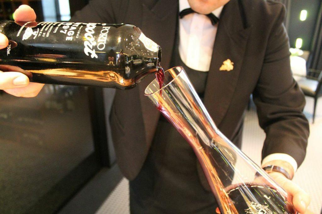 D'une manière douce et délicate, verser le porto dans une carafe en prenant soit de retenir le dépôt qui se trouve dans le fond de la bouteille.